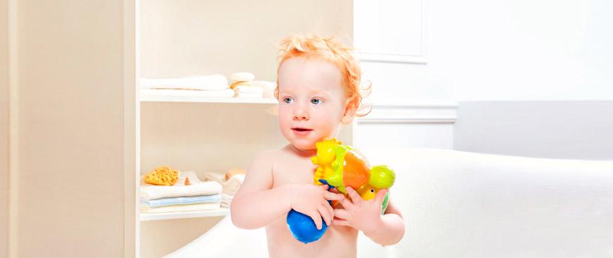 Niño con mordedores de la marca Caoocho, como La, el pez mariposa hechos en caucho.